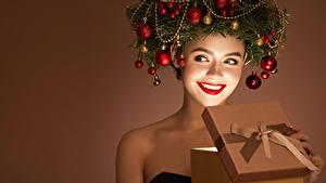 Обои Новый год Креативные Цветной фон Улыбается Красные губы Подарков Ветки Шарики девушка