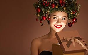 Обои Новый год Креативные Цветной фон Улыбается Красные губы Подарков Ветки Шарики