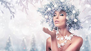 Картинки Рождество Оригинальные Снеге На ветке Шарики Руки Звездочки Девушки