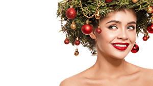 Обои Новый год Креатив Белый фон Лицо Улыбка Взгляд Красные губы Ветки Шарики Девушки