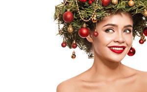 Обои Новый год Креатив Белый фон Лицо Улыбка Взгляд Красные губы Ветки Шарики