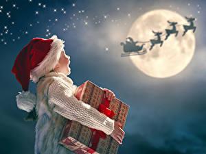 Картинка Рождество Олени Девочки Луна Шапки Подарки Ребёнок