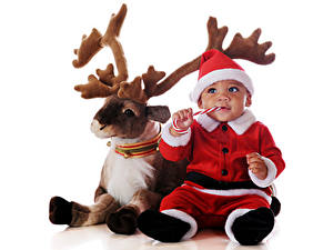 Картинка Рождество Олени Белый фон Грудной ребёнок Мальчики Униформа Рога Смотрит Ребёнок