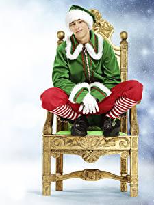 Обои Рождество Эльфы Мужчина Стул Униформа Смотрит Сидящие