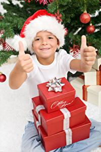 Фото Рождество Пальцы Мальчики Шапки Подарки Улыбка Дети