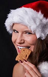 Фотография Рождество Пальцы Печенье Шапки Маникюр Зубы Смотрит Девушки