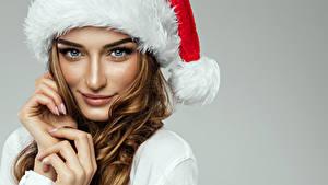 Картинка Новый год Пальцы Серый фон Смотрит Лицо Шатенка Девушки