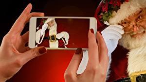 Фотографии Рождество Пальцы Смартфон Руки Маникюр Санта-Клаус Очки