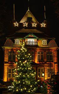 Картинки Новый год Германия Здания Ночь Новогодняя ёлка Гирлянда Уличные фонари Звездочки Cuxhaven Saxony город