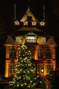 Картинки Новый год Германия Здания Ночь Новогодняя ёлка Гирлянда Уличные фонари Звездочки Cuxhaven Saxony