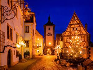 Картинки Рождество Германия Здания Бавария Улице Новогодняя ёлка Уличные фонари Ночные Rothenburg ob der Tauber город