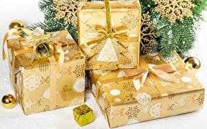 Картинка Рождество Подарок Бантики Снежинки Шар Ветки