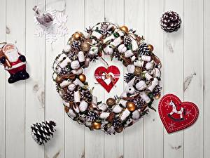 Картинка Новый год Сердце Шишка Снежинки Санта-Клаус Венок