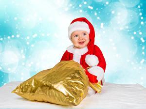 Фото Новый год Праздники Младенцы Улыбается Подарки Шапки
