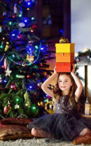 Картинки Новый год Праздники Девочки Подарки Платье Елка Дети