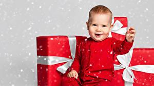 Картинки Новый год Грудной ребёнок Подарки Улыбается ребёнок