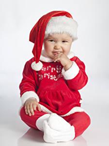Картинка Новый год Младенцы Униформа В шапке Смотрят