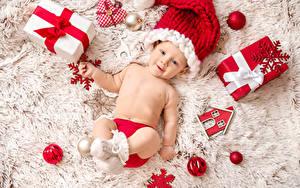 Фотография Рождество Грудной ребёнок Шапка Подарок Смотрит Шар Снежинка