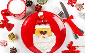 Картинки Новый год Нож Блины Молоко Клубника Белый фон Тарелка Дизайна Санта-Клаус Вилки Кружки Сливками Шишка Подарок Бантики Пища