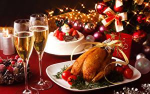Фотографии Рождество Накрытия стола Вино Курица запеченная Торты Томаты Шампанское Бокалы Шарики
