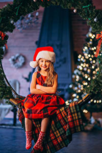 Картинки Рождество Девочки Сидя В шапке Улыбка Дети
