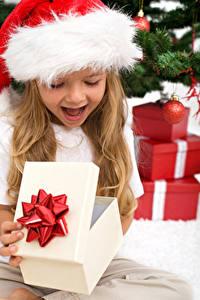 Картинка Рождество Девочки Шапки Подарки Счастье Ребёнок