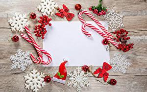 Обои для рабочего стола Новый год Леденцы Ягоды Доски Шаблон поздравительной открытки Снежинки Шарики Шапка