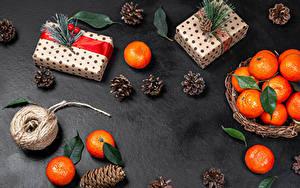 Фотографии Рождество Мандарины Подарок Ветвь Шишки