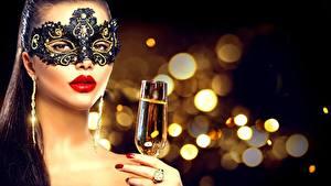 Обои Новый год Маски Размытый фон Бокалы Руки Макияж Лицо Красные губы Девушки