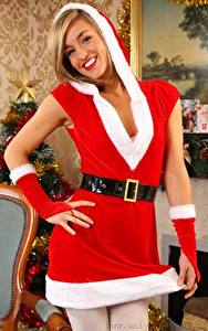 Фотография Рождество Melanie walsh Блондинки Капюшоне Рука Униформе Смотрит Улыбается девушка