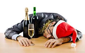 Фото Рождество Мужчины Бутылка Бокалы Шапки Очки Спящий