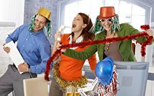 Картинки Рождество Мужчины Праздники Три Шляпе Забавные Улыбка Очки Счастье молодые женщины
