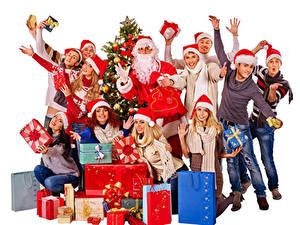 Обои для рабочего стола Новый год Мужчины Люди Белый фон Дед Мороз Подарок Рука Шапки Радость молодые женщины