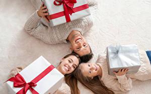 Фото Рождество Мать Семья Трое 3 Девочка Подарки Улыбка Дети