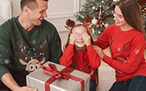 Фото Рождество Мать Мужчина Девочка Подарок Рука Семья ребёнок Девушки