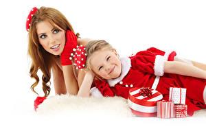 Картинки Новый год Мать Белым фоном Двое Шатенка Девочки Платье Подарки Взгляд Дети Девушки