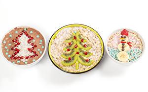 Фото Новый год Мюсли Овсяная Креативные Киви Гранат Белым фоном Елка Снеговика Пища