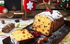 Картинки Рождество Кекс Орехи Сахарная пудра Ягоды Изюм Разделочная доска Пища
