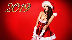 Фотография Рождество Красный фон 2019 Шатенка Улыбка Униформа Шапки Смотрит