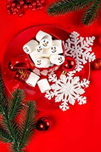Фотографии Рождество Красном фоне Тарелке Ветки Снежинки Шарики Кружка Маршмэллоу Еда