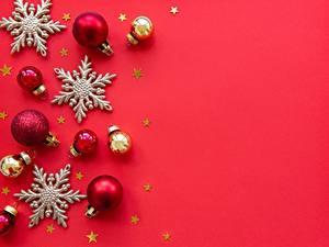 Картинка Новый год Красном фоне Звездочки Шар Снежинки Шаблон поздравительной открытки