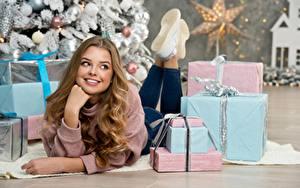 Фотографии Новый год Улыбка Взгляд Подарки Руки Лежит Шатенка Красивые