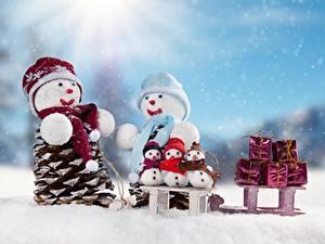Обои Новый год Снега Санках Снеговики Подарок Шапки Шарфе