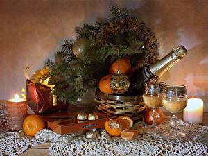 Картинки Новый год Натюрморт Свечи Шампанское Мандарины Конфеты Ветки Подарок Шарики Бокалы Бутылки Пища