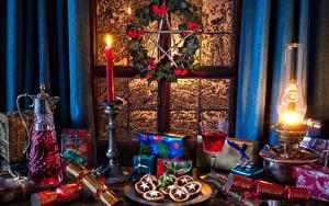 Обои Новый год Натюрморт Керосиновая лампа Свечи Вино Кувшин Бокалы Подарки Пища