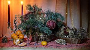Обои для рабочего стола Рождество Натюрморт Мандарины Шампанское Свечи На ветке Шар Бокал Шишки Еда