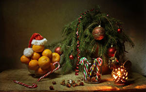 Фотографии Новый год Натюрморт Мандарины Сладости Орехи Ветки Шар Шапки Фонарь