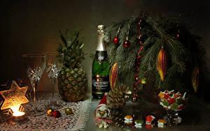 Картинки Новый год Натюрморт Сладкая еда Шампанское Ананасы Свечи Ветка Бутылка Бокалы Шар Снежинка Шишка Пища