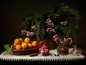 Обои Новый год Натюрморт Сладости Мандарины Орехи Ягоды Ветки