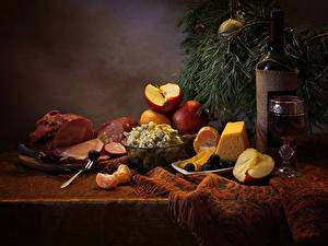 Фото Новый год Натюрморт Вино Ветчина Сыры Яблоки Салаты Стол Бутылки Бокал Ветвь Пища